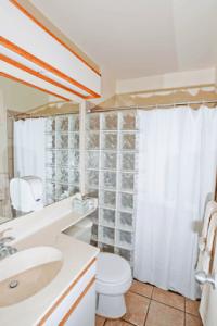 Bathroom inside a Bellows beach cabin